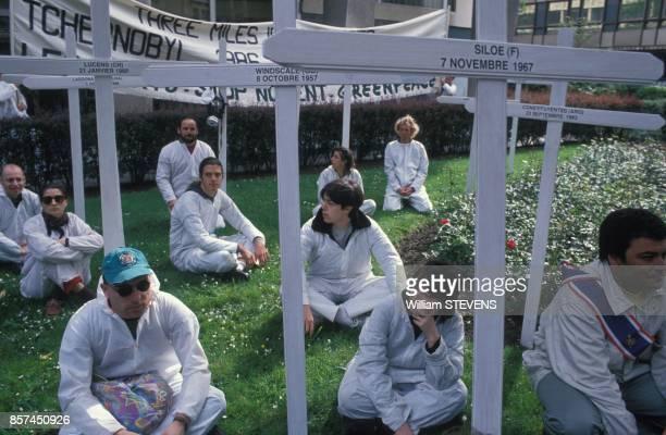 Manifestation de Greenpeace devant le siege d'EDF pour commemorer le 7e anniversaire de la catastrophe de Tchernobyl le 26 avril 1993 a Paris France
