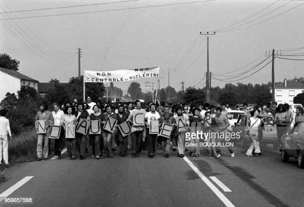 Manifestation de partisans anti-nucléaire contre la construction de la centrale de Golfech le 3 juillet 1977, France.