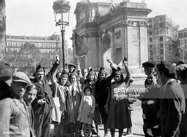 Manifestation de Républicains avec bonnet dans les rues de Madrid Espagne en avril 1931