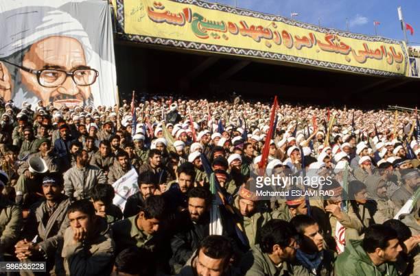 Manifestation des Bassidjis miliciens du régime de Khomeiny le 1er décembre 1986 au stade de Téhéran Iran