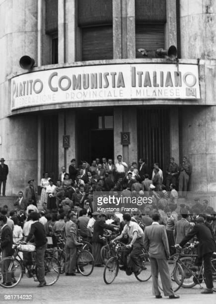 Manifestation des communistes devant les bureaux de leur parti après l'attentat contre leur leader Palmiro Togliatti à Milan en Italie en juillet 1948