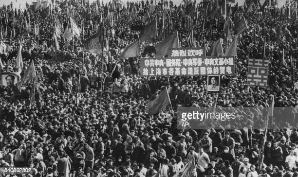 Manifestation des Gardes rouges à Shanghai pour défendre la pensée de Mao contre le révisionnisme le 18 janvier 1967 Chine