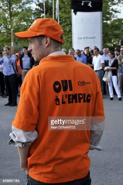 Manifestation des salaries francais de l'entreprise francoamericaine AlcatelLucent a l'entree du site de Orvault contre le projet de la direction de...