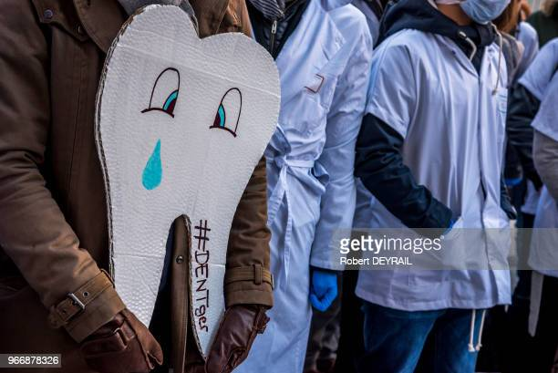 Manifestation des étudiants en odontologie pour dénoncer les négociations en cours entre lUnion Nationale des Caisses dAssurances Maladies les...