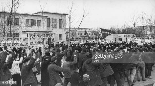 Manifestation devant l'ambassade de France à Pékin le 1er février 1967 Chine