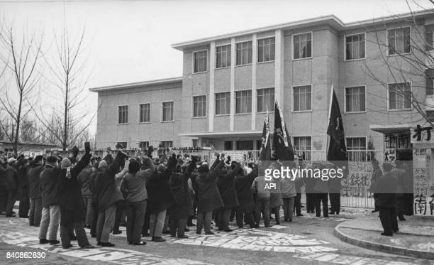 Manifestation devant l'ambassade de Yougoslavie à Pékin le 8 février 1967 Chine