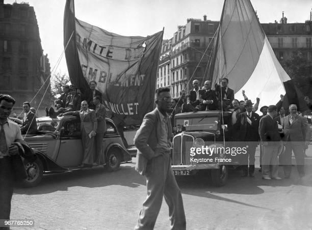 Manifestation du Front populaire à la Bastille avec d'une part Maurice Thorez Paul VaillantCouturier et Henri Barbusse et d'autre part Le Tort les...