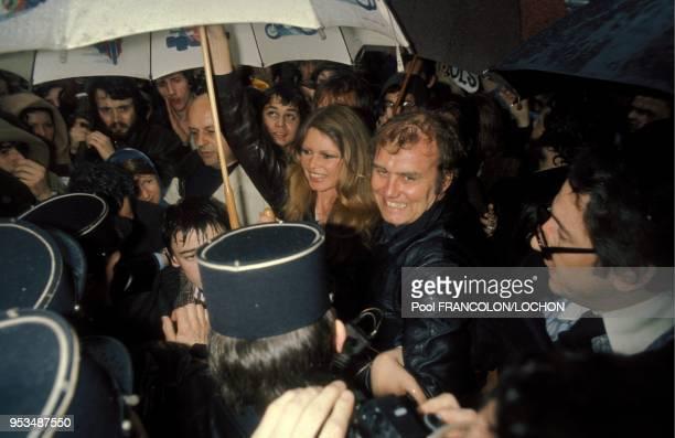 Manifestation pour sauver les phoques conduite par Brigitte Bardot devant l'embassade de Norvège à Paris en avril 1976