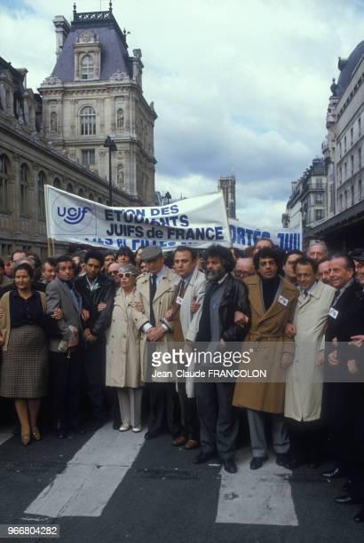 Manifestation rue de Rivoli après un attentat anti-sémite avec entre autres Simone Signoret, Yves Montand, Simone Veil, Enrico Macias le 31 mars 1985...