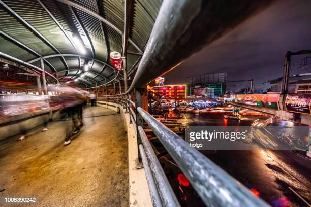 Manila LRT EDSA Makati Bereich durch Nacht Stadtgebäude beschäftigt Straßen Autos und Busse und Passanten auf der Straße