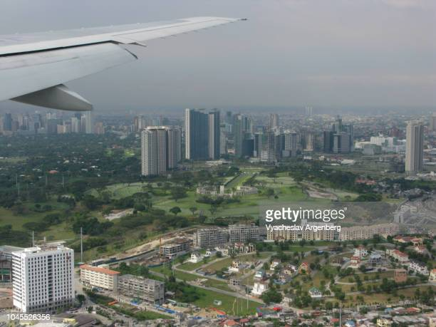 manila skyline from above, flying over manila, approaching the manila airport, philippines - argenberg fotografías e imágenes de stock