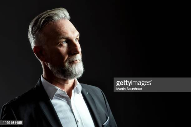 mann im anzug mit grauen haaren und bart - cool, smart und seriös - one man only stock pictures, royalty-free photos & images
