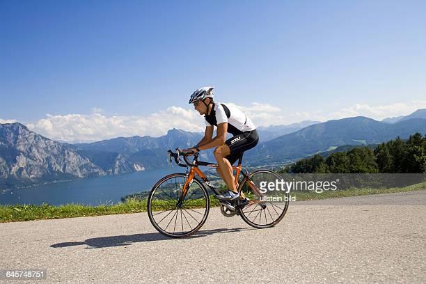 Mann mit dem Rennrad in alpiner Landschaft