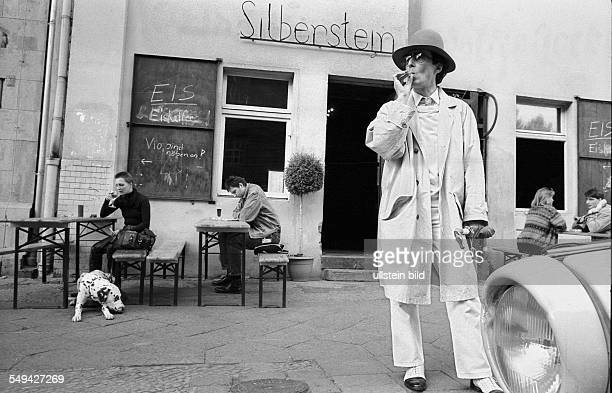 Mann mit Hut auf dem Gehweg vor dem Cafe Silberstein , Deutschland, Berlin