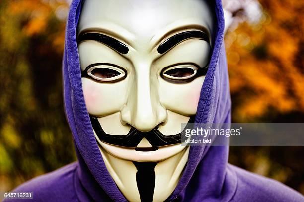 Mann mit OccupyMaske Bankenprotest