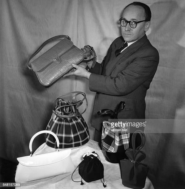 Mann präsentiert Handtaschen aus Stoff und Leder 1958