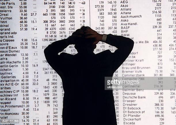 Mann rauft sich beim Anblick der Aktienkurse die Haare Symbolfoto 1996