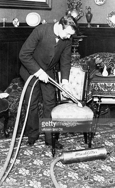 Mann saugt einen Stuhl aberschienen Nr 6/1904