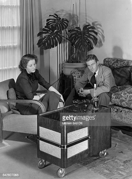Mann und Frau hoeren Radio Das Radio ist in einen Teewagen eingebautveröffentlicht Braupo 32/1939 Grüpo 31/1939