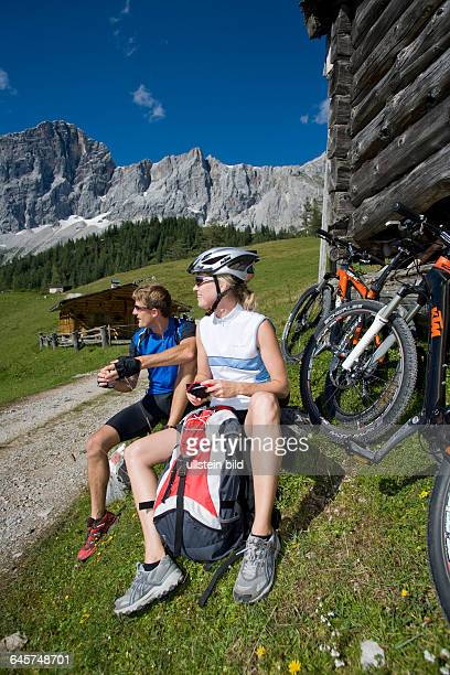 Mann und Frau mit dem Mountainbike in alpiner Landschaft