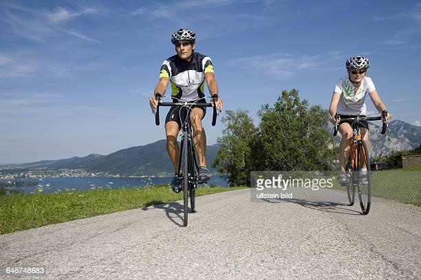 Mann und Frau mit dem Rennrad in alpiner Landschaft