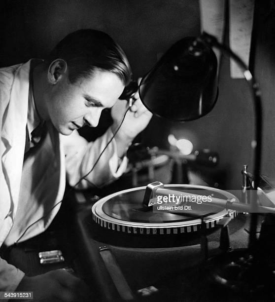 Mann with record player Photographer Curt Ullmann Published by 'Sieben Tage' 43/1937Vintage property of ullstein bild
