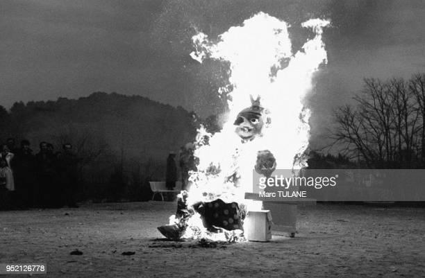 Mannequin brûlé pendant le carnaval de Cadenet dans le Vaucluse en France le 5 février 1978