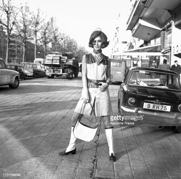 Mannequin portant des bottes 'Safari' en lin blanc et cuir à Paris France le 16 janvier 1968