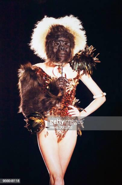 Mannequin portant un masque représentant une tête de gorille et présentant un modèle de la collection automnehiver du couturier Christian Dior le 8...