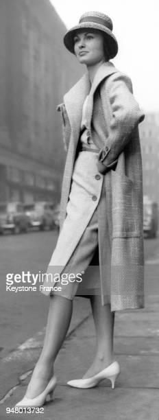 Mannequin présentant le modèle 'Doubloon' de Charles Creed de la Collection Printemps 1959 une robe et un pantalon court en prince de Galles blanc et...