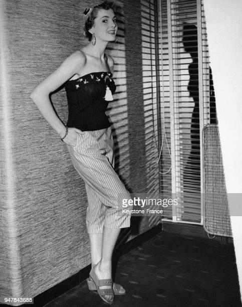 Mannequin présentant le nouveau modèle été un petit haut sansmanche porté sur un pantalon d'été rayé au RoyaumeUni en mai 1954