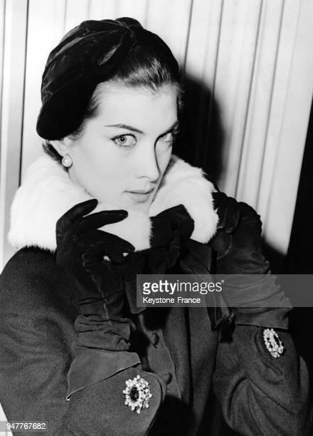 Mannequin présentant un col en ermine avec son manteau noir de la collection automne 54 Modèle Jacques Fath à l'hôtel Dorchester Londres le 29...