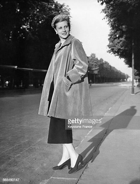 Mannequin présentant un manteau Balenciaga en velours vert dans les rues parisiennes Collection hiver Numéro d'appel '30' à Paris France en 1949
