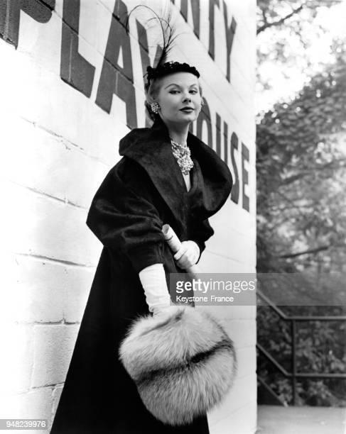 Mannequin présentant un manteau en zibeline synthétique avec un col cape et des manches courtes et un manchon en fourrure à New York, Etats-Unis, en...