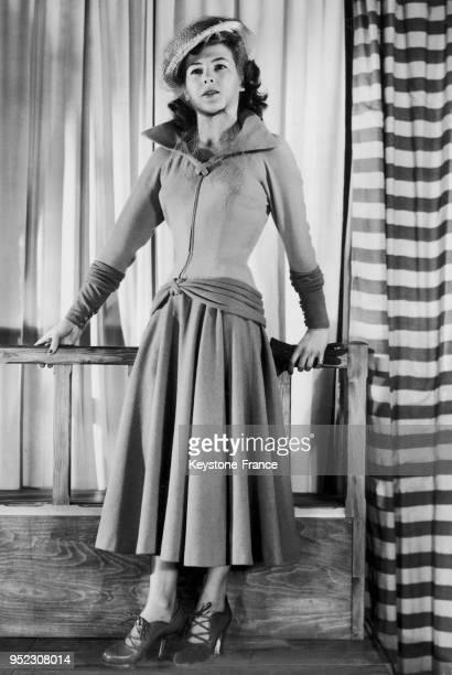 Mannequin présentant un modèle André Ledoux la robe d'aprèsmidi 'Le Verseau' en lainage léger avec un corsage pain brulé la jupe et le bas des...