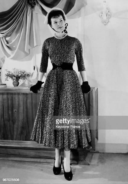 Mannequin présentant un modèle Charles Montaigne de la Collection Printemps 1948 la robe d'aprèsmidi 'N°4385' en crêpe de Chine imprimé bleu et noir...