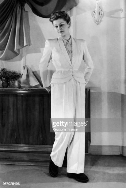 Mannequin présentant un modèle Charles Montaigne une veste et un pantalon de gabardine blanche à Paris en France le 26 février 1948
