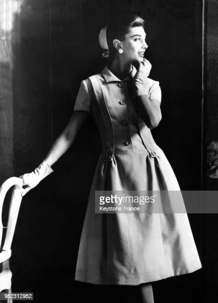 Mannequin présentant un modèle Givenchy de la Collection PrêtàPorter Printemps 1956 une robe d'aprèsmidi à Paris France le 9 février 1956