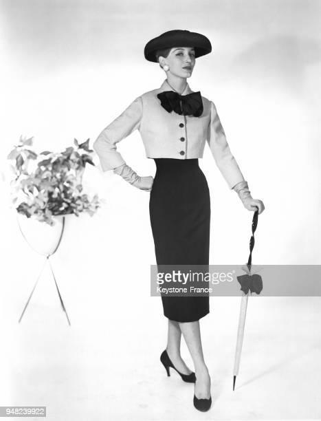 Mannequin présentant un modèle Harvey Berin créé par Karen Starck pour la Collection Printemps 1956 une robe sans manches avec une encolure bateau...