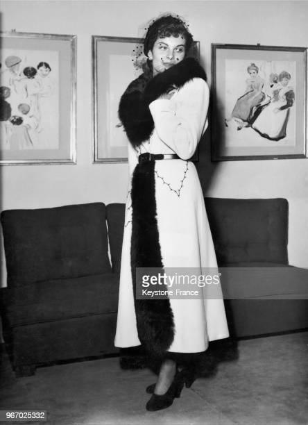 Mannequin présentant un modèle Lucile Manguin le manteau de lainage blanc 'Bratislava' avec de légères broderies noires et garni de lynx noir à Paris...