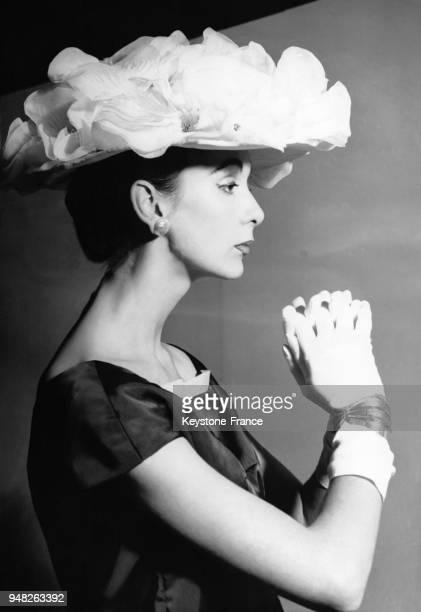 Mannequin présentant un modèle Ronald Paterson en organdi blanc au Salon national du nylon au Royal Albert Hall à Londres RoyaumeUni le 6 février 1956