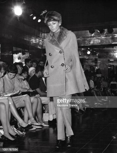 Mannequin présentant un modèle Ted Lapidus de la Collection Automne/Hiver 1967/1968 un ensemble cape pantalon en lainage et fourrage de ragondin à...