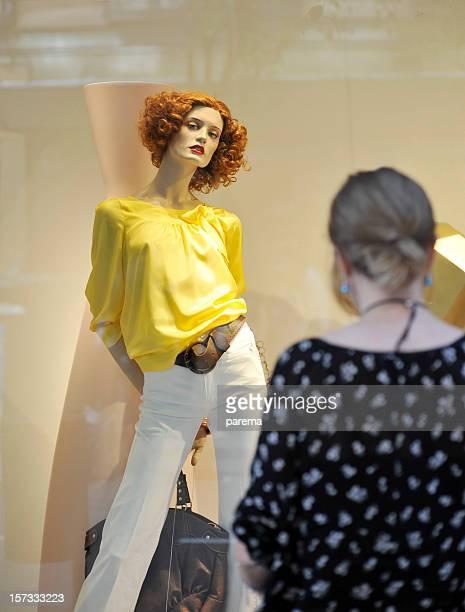 Les Mannequins et faire du lèche-vitrine