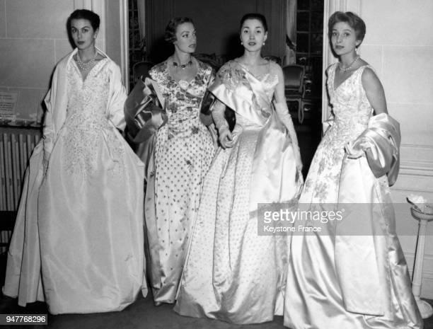 Mannequins de la Maison Dior vont présenter les dernières créations du couturier parisien à Londres, au cours d'une fête de charité, organisée au...
