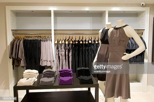 puppen in kleidung shop - weiblichkeit stock-fotos und bilder