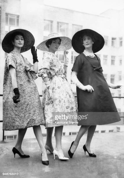 Mannequins portant des modèles Christian Dior de la Collection Eté 1958 'Obélisque' une robe d'aprèsmidi imprimée en pure soie de couleur ultramarine...