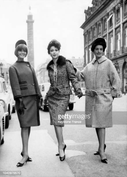 Mannequins portant des modèles Jean BaillieHemcey de la Collection Automne/Hiver 1961/1962 'Alboni' un tailleur bouclette moutarde et noir de bodin...