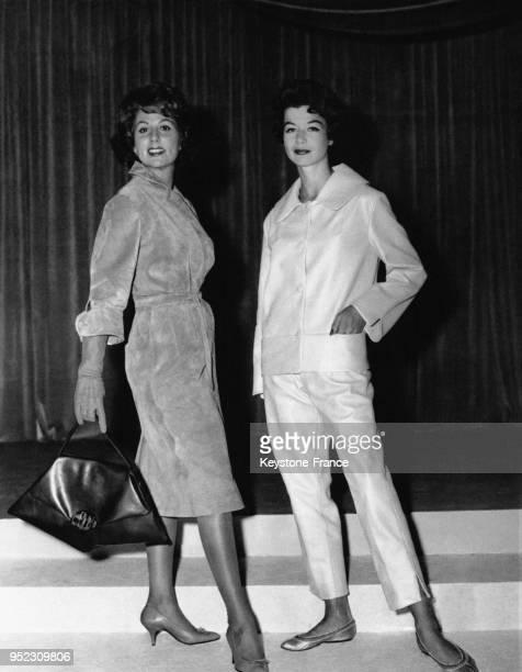 Mannequins portant des modèles présentés au salon du cuir à la porte de Versailles à Paris France le 6 septembre 1958 une robe sport en veau velours...