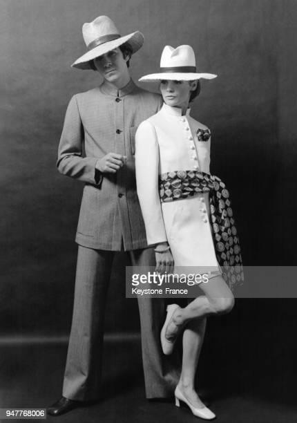 Mannequins présentant des modèles Cerruti 1881 lui porte un costume en lainage avec un col officier et elle une jupe en soie écrue avec une veste...