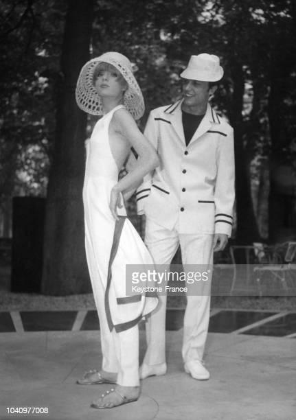 Mannequins présentant des modèles de la ligne 'Stick' lancée par le 'Groupe des 5' de la Collection Printemps/Eté 1965 : la femme porte une...